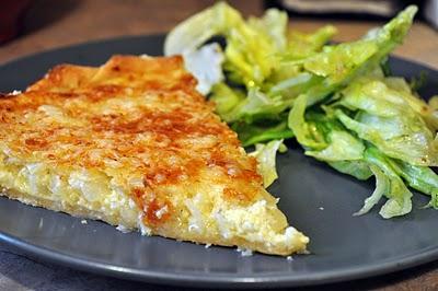 Κρεμμυδόπιτα με πατάτες και τυριά σε βάση σφολιάτας