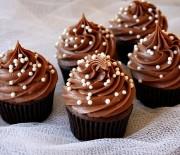 Σοκολατένια cupcakes με κρέμα σοκολάτας