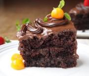 Υγρό κέϊκ σοκολάτας με γλάσο σοκολάτας