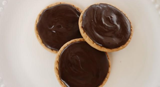 Μπισκότα βουτύρου με μαλακό γλάσσο σοκολάτας