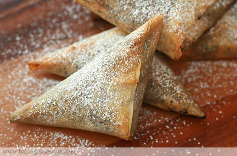 Σοκολατένια τριγωνάκια σιροπιασμένα ή με σιρόπι σοκολάτας