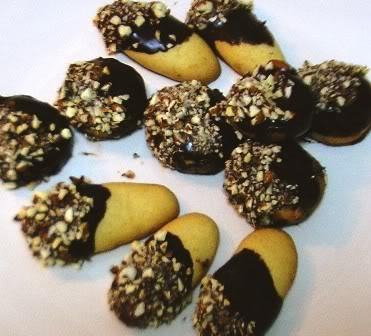 """Μπισκότα """"Πτι φούρ"""" βουτηγμένα στη σοκολάτα"""