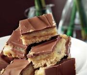 Εύκολο γλυκό ψυγείου με κρέμα καραμέλας και γλάσο σοκολάτας