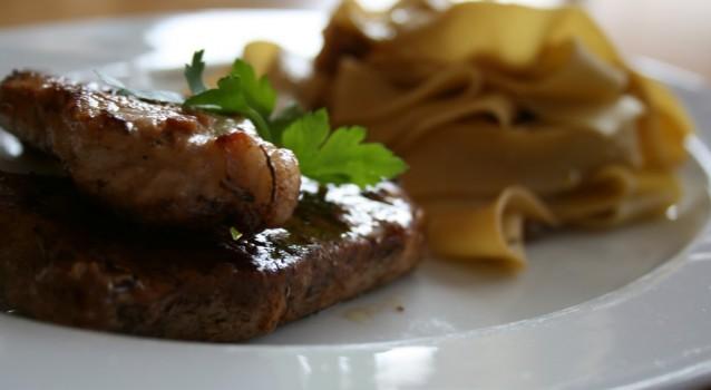 Χοιρινά μπριζολάκια με καραμελωμένα κρεμμύδια, μπαλσάμικο και ζυμαρικά