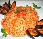 Μακαρονάδα με θαλασσινά και σκορδάτη σάλτσα