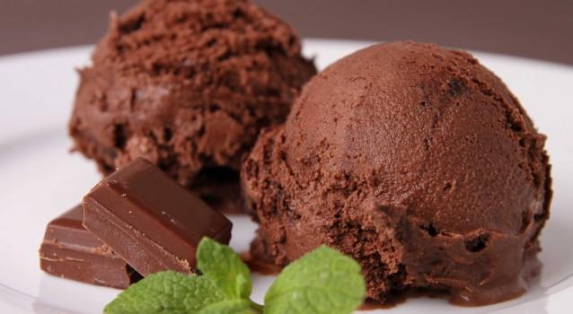 Εύκολο παγωτό σοκολάτας με 4 μόνο υλικά