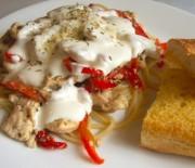 Τρυφερό κοτοπουλάκι με πιπεριές και τυρί κρέμα