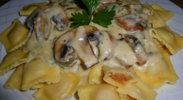 Ραβιόλια με μανιτάρια και σάλτσα ροκφόρ