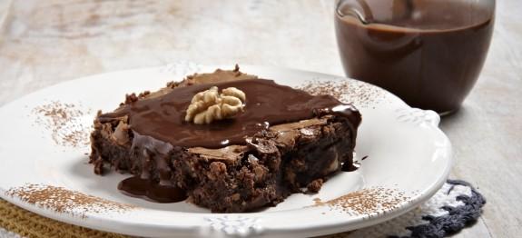 Αφράτη σοκολατόπιτα με καρύδια και λιωμένη σοκολάτα