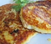 Αφράτες τηγανίτες με πουρέ πατάτας, μπέϊκον και τυρί τσένταρ