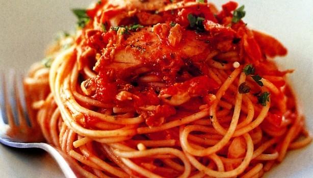 Λαχταριστή μακαρονάδα με τόνο και κόκκινη σάλτσα
