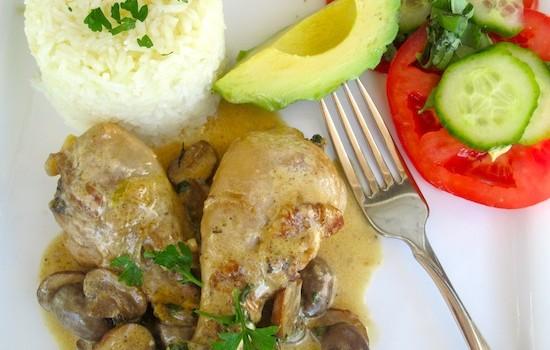 Μπουτάκια κοτόπουλου με ξύδι, κρασί και σάλτσα μοσχοκάρυδου