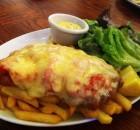 Χοιρινά σνίτσελ με προσούτο, ντομάτα και τυρί τσένταρ
