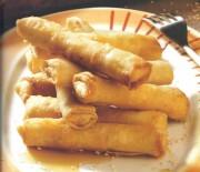 Μινι φλογέρες / σπρινγ ρολς με φέτα & λιαστή ντομάτα περιχυμένες με ρακόμελο