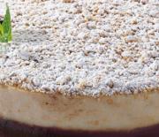 Δίχρωμη τούρτα με βάση μπισκότου και στρώσεις κρέμας στιγμής
