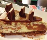 Υπέροχο cheesecake Kinder Bueno με γλάσο σοκολάτας