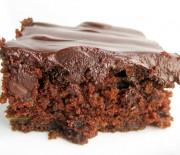 Σοκολατένιο κέϊκ με καρύδια και επικάλυψη γκανάς σοκολάτας