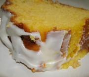Υγρό κέικ λεμονιού με γλάσο λεμονιού