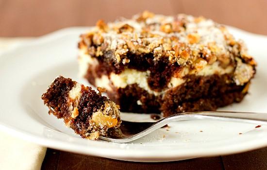 Σοκολατένιο κέϊκ με κρέμα τυριού και καραμελωμένα τραγανά καρύδια
