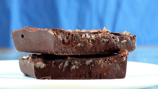 """Σπιτικές σοκολάτες διαίτης με γλυκαντικό """"onstevia"""" με 4 υλικά, 3 κινήσεις"""