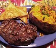 Pepper steak & φρεσκοψημένες αρωματισμένες πατάτες με τυρί τσένταρ