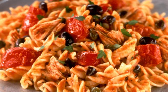 Τόνος με ζυμαρικά σε κόκκινη σάλτσα