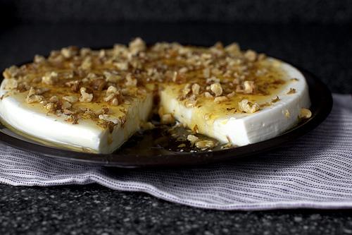 Εύκολη πανακότα γιαουρτιού με μέλι και καρύδια