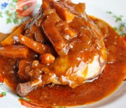 Κοτόπουλο κρασάτο με μπέϊκον και καρότα