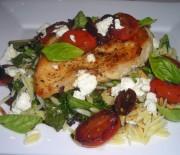 Κοτόπουλο με ντοματίνια, βασιλικό φέτα και ελιές σε 20′