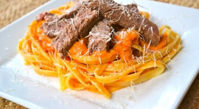 Φετουτσίνι με μπριζόλα rib eye και σάλτσα κόκκινης πιπεριάς
