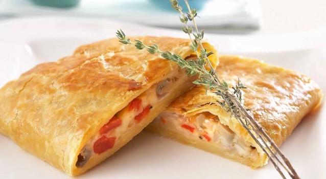 Πιτάκια με κόκκινες πιπεριές, λιαστές ντομάτες και τυρί Μαστέλο Αλμυρό