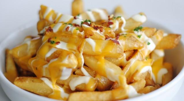 Τηγανιτές πατάτες με σάλτσα τυριών και μπέϊκον