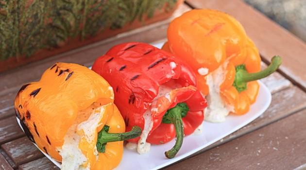 Πιπεριές πολύχρωμες γεμιστές με τυριά