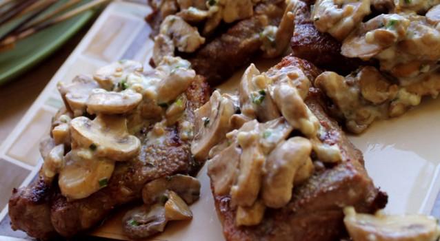 Χοιρινά φιλετάκια με σάλτσα ροκφόρ και μανιτάρια