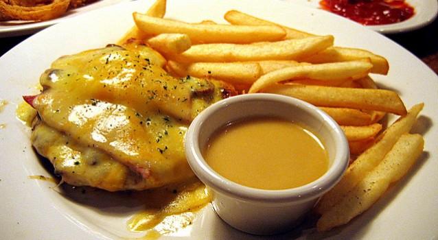 Κοτόπουλο με μανιτάρια μπέικον, τυρί & σάλτσα μουστάρδας μελιού