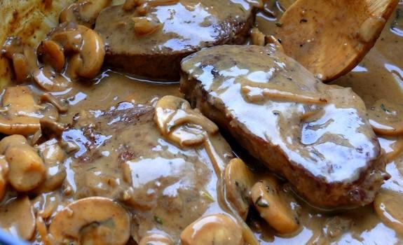 Μαριναρισμένο μοσχαράκι με σάλτσα μανιταριών