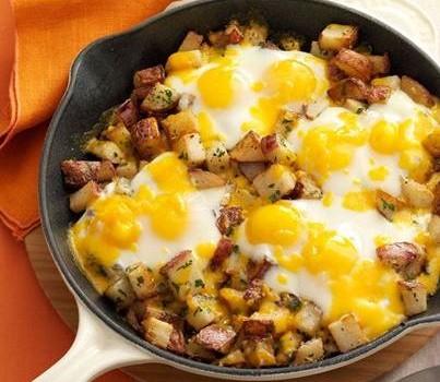 Αυγά στο φούρνο με πατάτες και τυρί