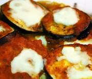 Μελιτζάνες με μπέϊκον και τυριά σε σάλτσα ντομάτας