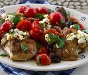 Κοτόπουλο με ελιές, ντομάτες και μοτσαρέλα