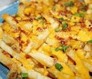 Πατάτες τηγανιτές με λιωμένο τυρί και τραγανό μπέικον