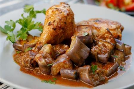 Κοτόπουλο με μελιτζάνες στη γάστρα