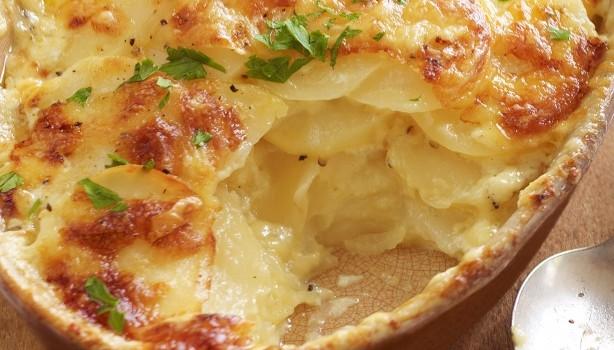 """Πατάτες """"Ογκρατέν"""" με μαγιονέζα και τυριά"""