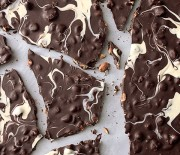 Λευκή και μαύρη σοκολάτα με καραμελωμένους ξηρούς καρπούς