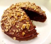 Σοκολατένιο κέϊκ, γλασαρισμένο με Nutella και καρύδια