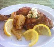 Κοτόπουλο λεμονάτο με τραγανές πατάτες και φέτα
