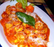 Τορτελίνια σε σάλτσα ντομάτας και βασιλικού