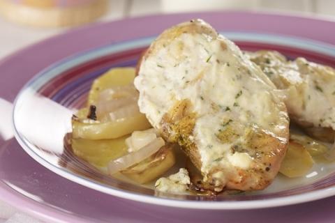 Κοτόπουλο με πατάτες και σως γιαουρτιού στο φούρνο