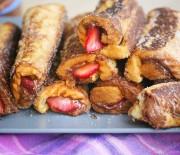 Ρολά με ψωμί του τοστ με Nutella και φράουλες