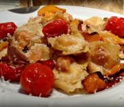 Ραβιόλια με ντοματίνια και σάλτσα παρμεζάνας