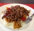 Μοσχαράκι στο τηγάνι με κρεμμύδια πιπεριές και ρύζι μπασμάτι
